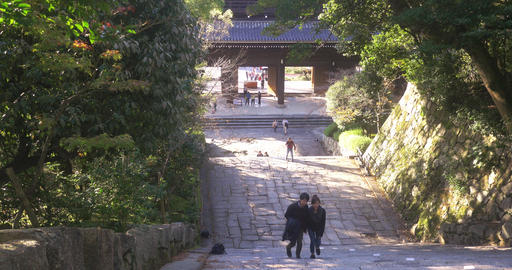 Couple walk up ancient stairs in Kyoto ライブ動画