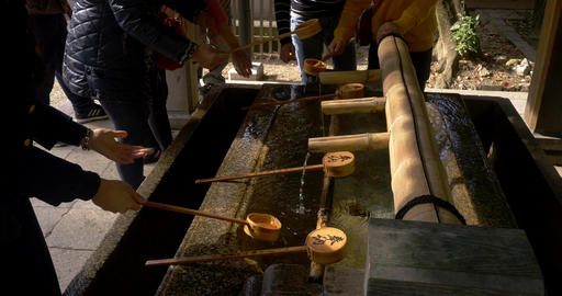 Washing hands before entering the shrine ライブ動画