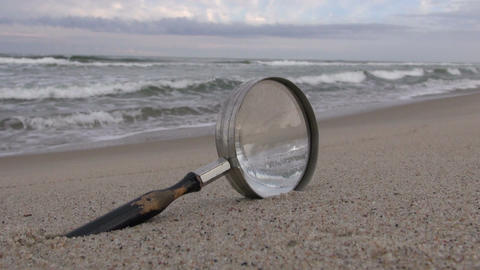 Magnifying glass on the beach ビデオ