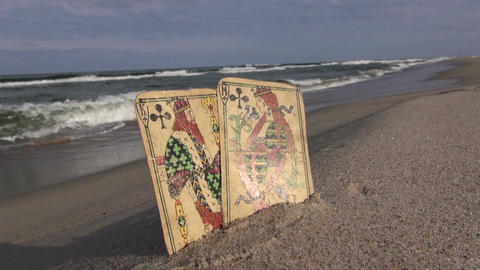 Two playing cards on the beach ビデオ