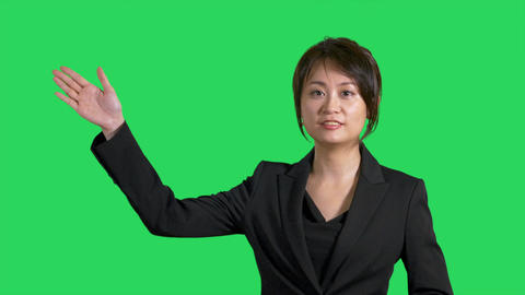 Asian Chinese businesswoman showing product space on greenscreen Live影片