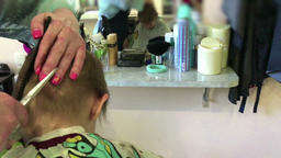 The hairdresser cuts the child Filmmaterial