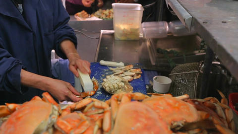 Crabs are cooked in the market ビデオ