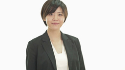 Asian businesswoman walks into frame and smiles at camera Live影片
