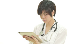 Female asian doctor working on tablet PC Live影片
