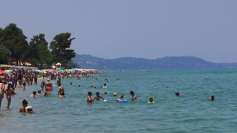 Locals and tourists on a Greek beach on a hot day Filmmaterial