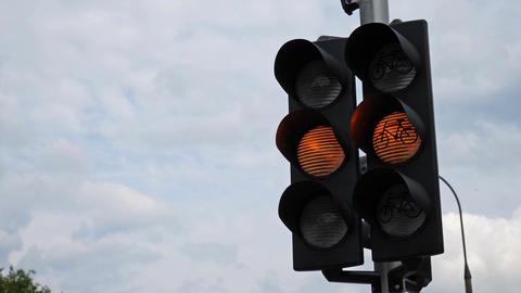 Flashing orange warning light with bicycle sign Filmmaterial