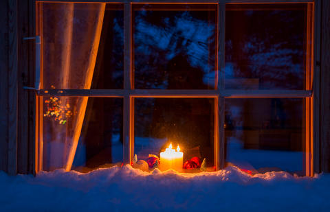 Snowy Wooden Window, Christmas Decoration and Candles Foto