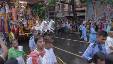Devotees dragging chariot of Lord Jagannath, on Rath yatra in Kolkata city ビデオ