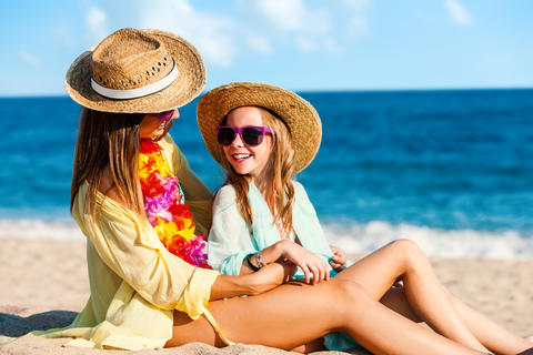 Young mother and daughter on summer holidays Foto