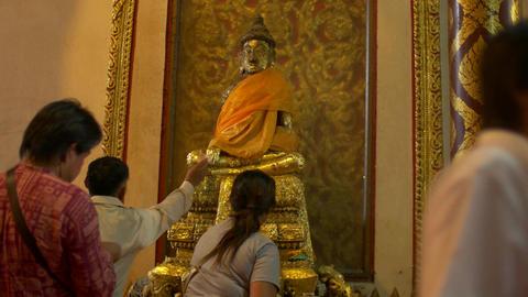 people worshipping Golden Buddha Statue at Wat Phanan Choeng temple,Phra Nakhon  ビデオ