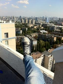 Sneakers, foot on the roof Foto