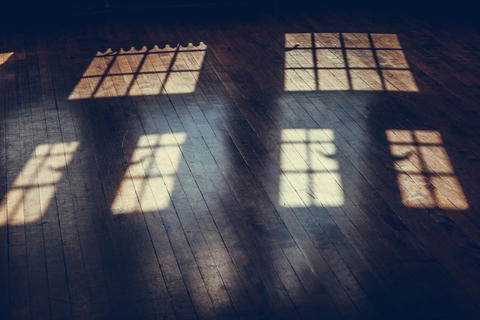 light from windows on an old wood floor in the castle rooms Foto