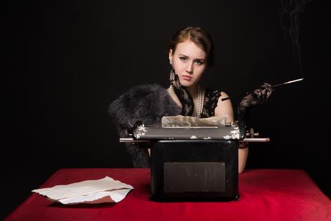 noir film journalist girl at work Foto