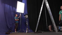 An employee of the Studio movie set lighting before filming ビデオ