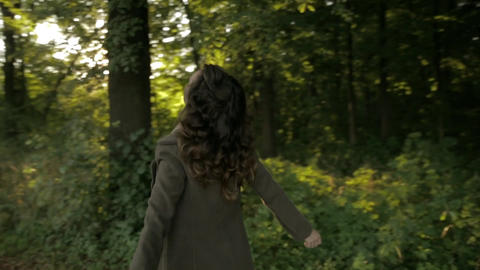 Miserable woman in the autumn park Filmmaterial