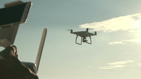Man controlling quadcopter drone flying Filmmaterial
