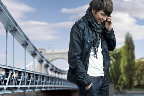 Handsome man walking and talking on the phone Foto