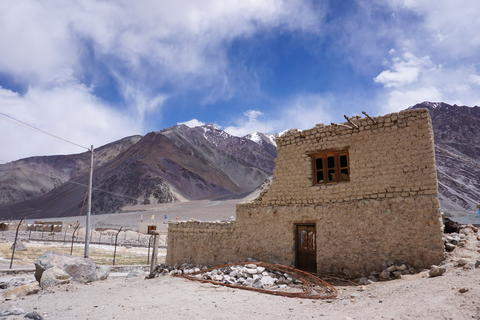 Traditional buiding with snow peaks background, Leh ladakh; India Foto