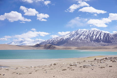 View of lake Kyagar Tso ,snow peaks with blue sky ,Leh Ladakh, Jammu and Kashmir フォト