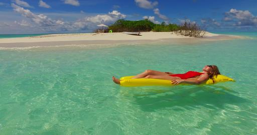 v07252 4k Maldives white sandy beach 2 people young couple man woman floating on Foto