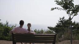 sit on a bench ビデオ