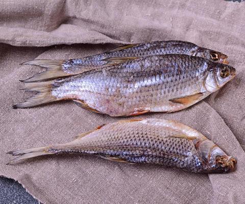 Dried river fish ram on a gray napkin Foto