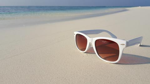 P00866 Maldives white sandy beach sunglasses on sunny tropical paradise island w Foto