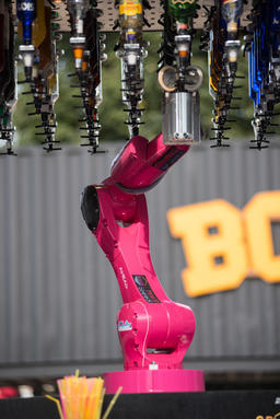 Makr Shakr World's first robotic bar system preparing cocktails フォト