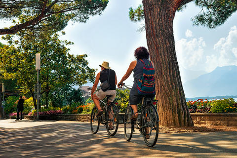 Couple riding bicycle on embankment of Geneva Lake Montreux Riviera Foto