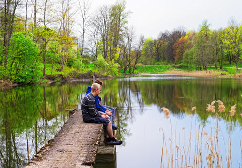 Young fishermen at Pond in Vilnius Baltic Foto