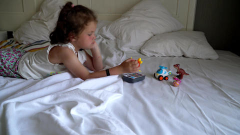 little girl playing on the bed Filmmaterial