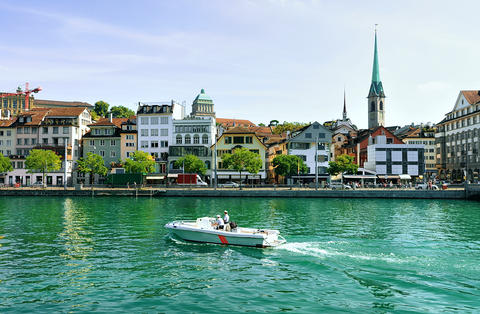Fraumunster Church and motor boat at Limmat Zurich Foto