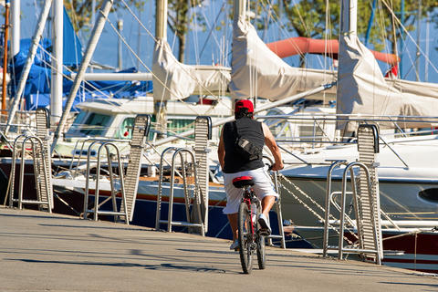 Man riding bicycle at Lake Geneva in Lausanne Switzerland Foto