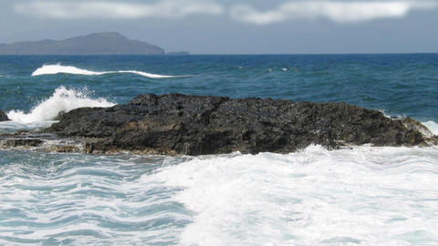 Rock in the middle of the sea waves, deep blue water surface with nice white wav 画像