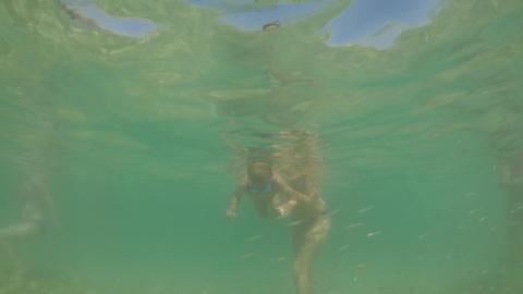 Little boy sinking in the sea Filmmaterial