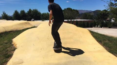 Skateboarder on a pump track park Filmmaterial