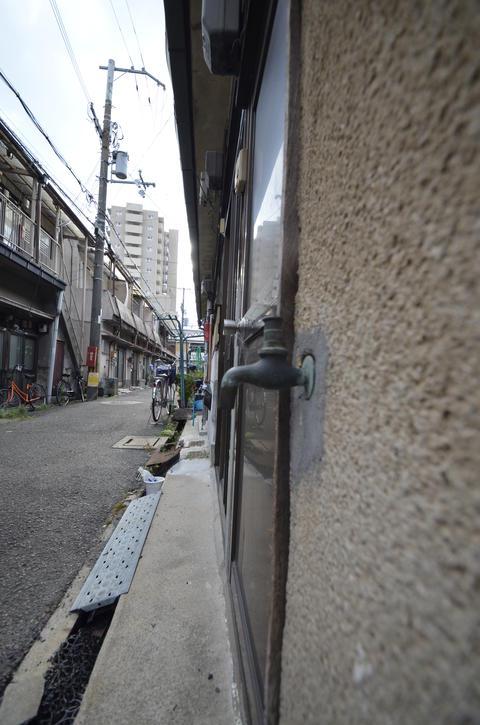Street corner and faucet フォト