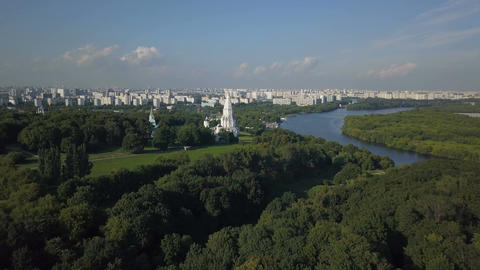 Aerial view of Church of the Ascension, Kolomenskoye park and Moscow river Archivo