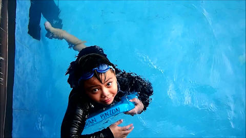Young boy in a swimming pool Filmmaterial