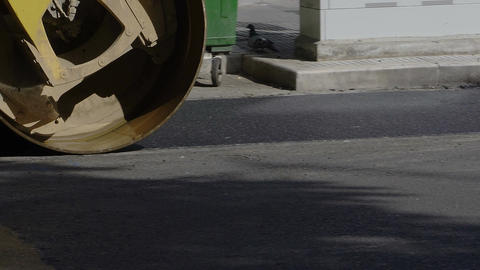 Steamroller presses asphalt at road Archivo