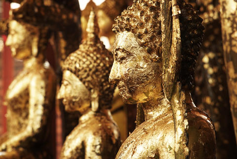 Antique Buddha Statues covered in gold leaf adornment Foto