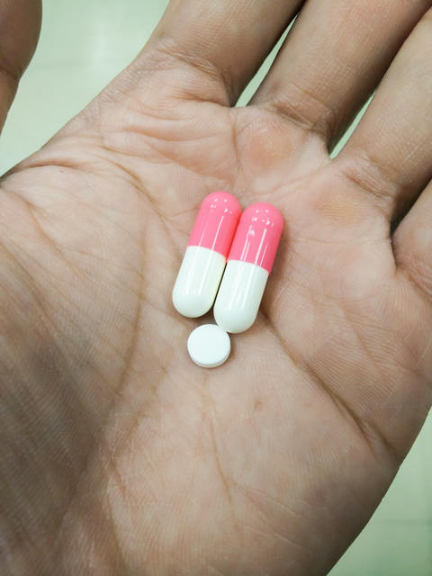 Medicine capsules in hand Fotografía