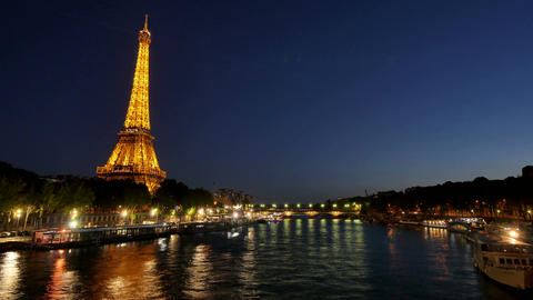 Eiffel Tower in Paris Time Lapse from Day to Night Archivo