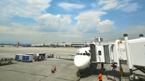 Commercial Airplane on the Gate at Midway Airport in Chicago 画像