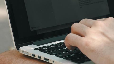 Typing on laptop keyboard outside Filmmaterial