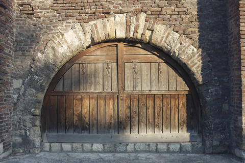 Fortress Old Wooden Gate And Brick Walls フォト