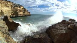 Waves splashing between rocks, slow motion ビデオ