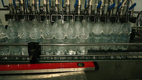 plastic bottles filled with water on the conveyor 画像