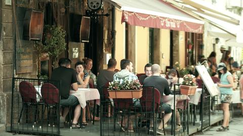PULA, CROATIA - AUGUST 4, 2017. People eat out in a street cafe Fotografía